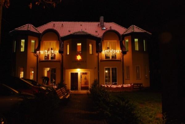 Pensjonat Villa JUSTYNA - budynek nocą (Pobierowo, ul. Piastowska 15b).