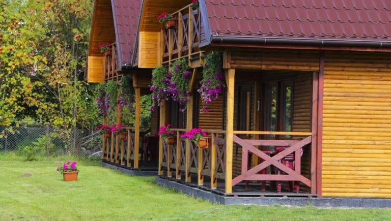 Domek Letniskowy BURSZTYNEK w Rewalu na zdjęciu z zewnątrz.